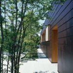 比較的余裕のある敷地には緑を多く植え、その見え方も考慮して窓を設ける (辻堂の家)