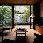 塀で囲まれたリビング続きの中庭は、居室の延長のように使える (武蔵野の家)