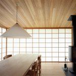 和の雰囲気を持つ障子戸も、割り方を変えるなど寸法を調整して洋室に用いる。障子は断熱性能が高く、壁に引き込めるため空間がスッキリする (牛久の家)