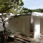 FIX(固定)ガラスと組み合わせて製作したスチール製の玄関ドア (葉山町の家)